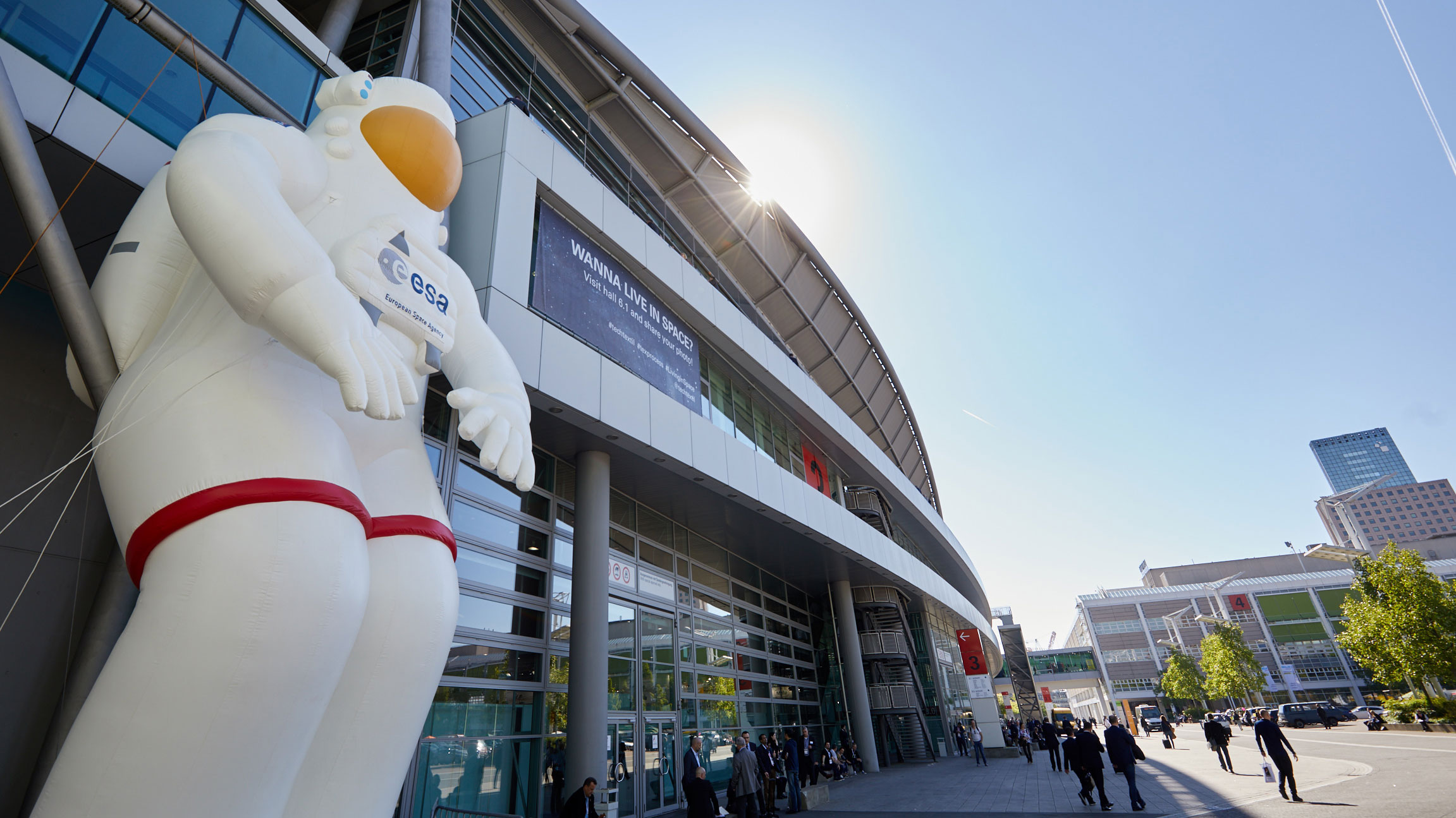 Signage: He showed Techtextil visitors the way to the fair and promoted the special 'Living in Space' / source: Messe Frankfurt Exhibition GmbH
